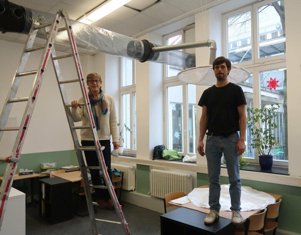 Rona und Johannes im Klassenraum der Bremer Schule Mitte